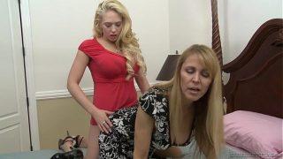 उसकी प्रेमिका उसकी चूत पर एक डिल्डो के साथ नृत्य करने आती है और अपने कूल्हों को बहुत ऊंचा रखती है