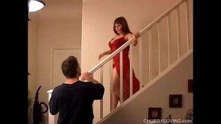 यह मोटी परिपक्व महिला जो बहुत ही शान से बेडरूम से नीचे आना चाहती है